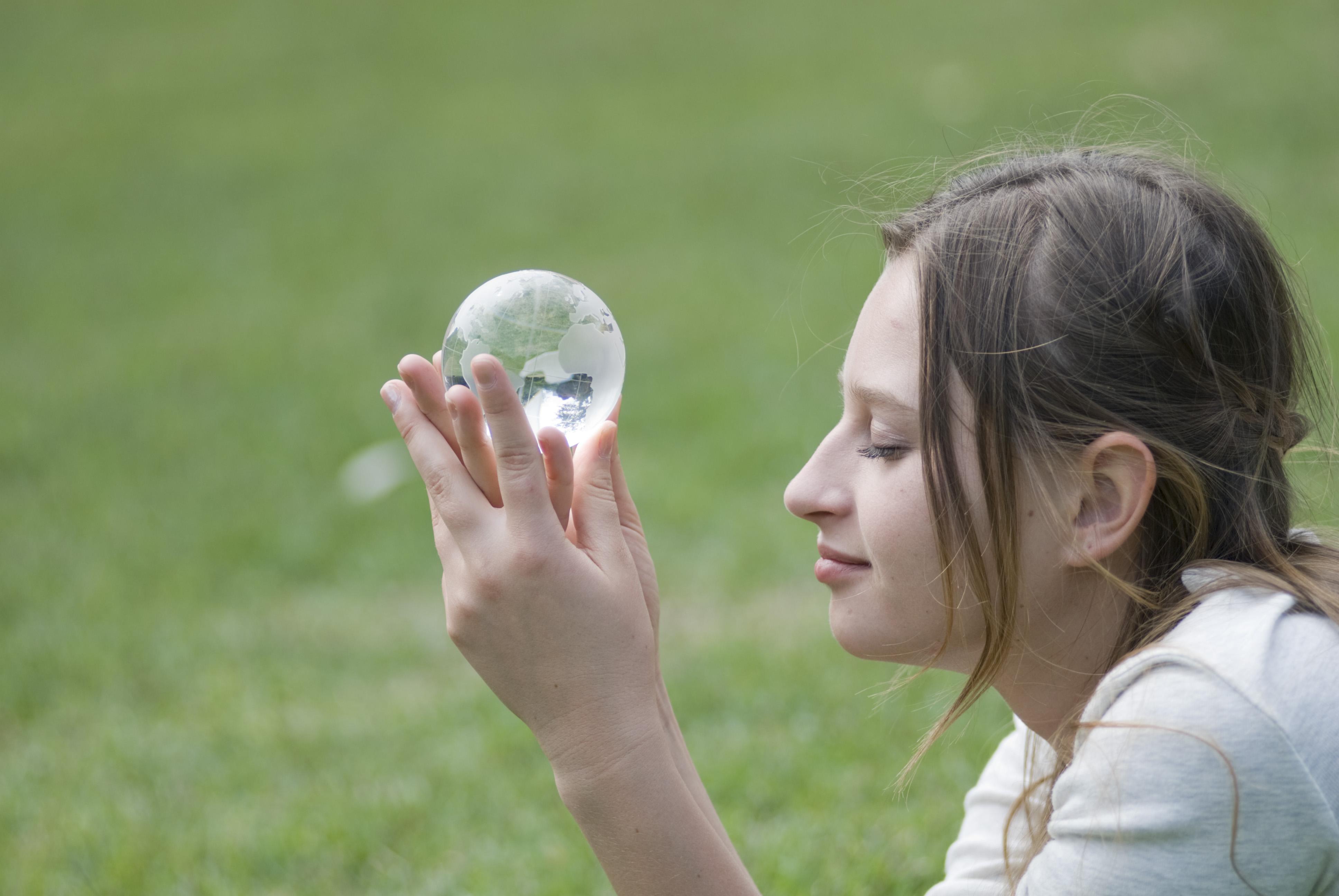 ガラスの地球を持つ女性