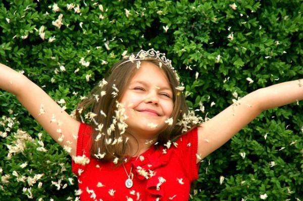 芝生に寝転ぶ笑顔の少女
