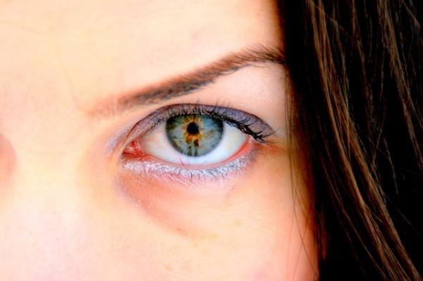 深い緑色の瞳の女性