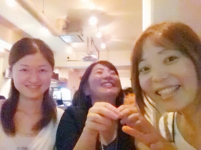 楽しそうに笑う女性3人