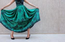 緑のワンピースを着た女性
