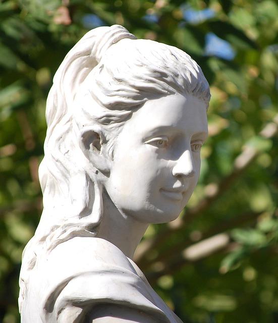 女性の白い石像