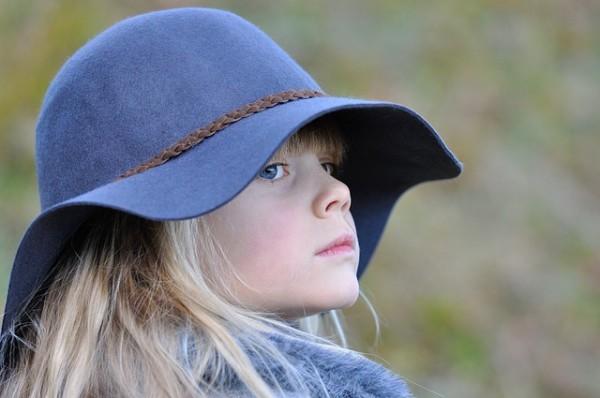 帽子をかぶった少女