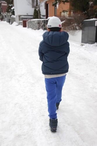 雪道を歩く少年