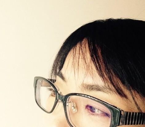 黒いメガネをかけた女性