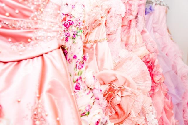 淡いピンクのカラードレス