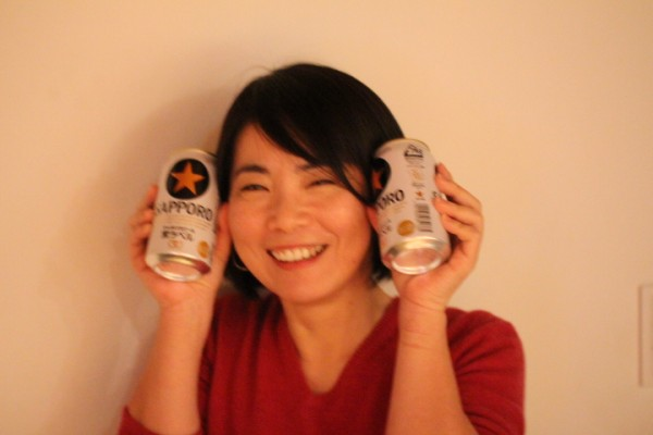 ビールを持つ女性