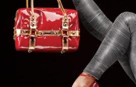 赤いハイヒールとバッグ