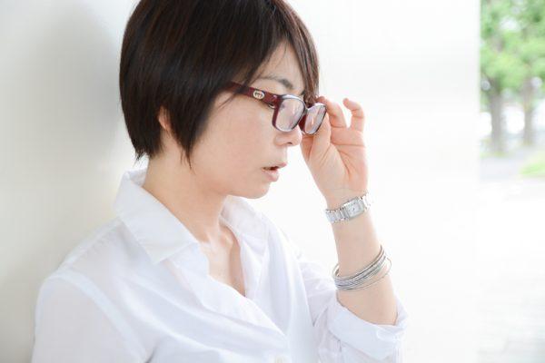 赤いメガネの女性