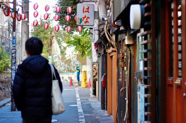 渋谷の裏道を歩く人