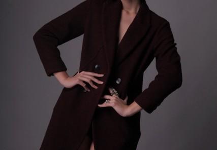 コートを着た外国人女性