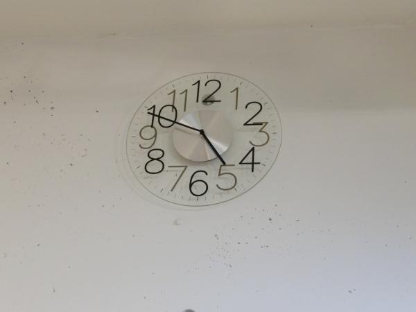 クリアカラーの掛け時計