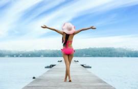 ピンクの水着の女性