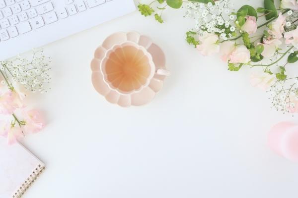 白い机の上のティーカップ