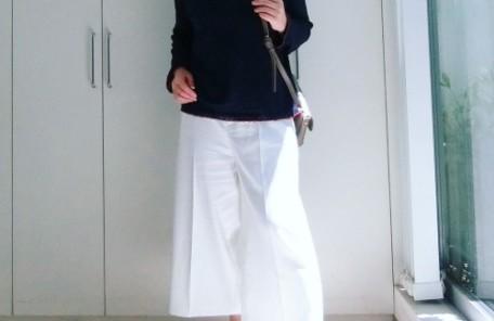 白いワイドパンツを履いた女性