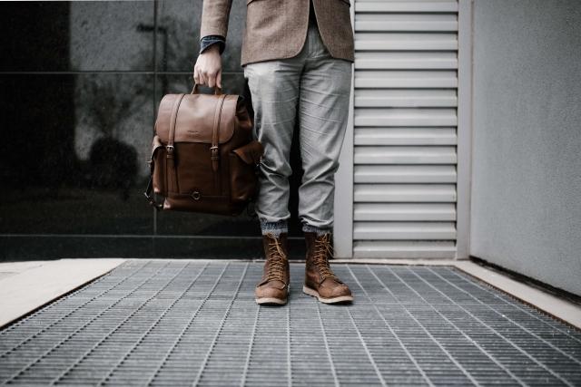 茶色のバッグと靴