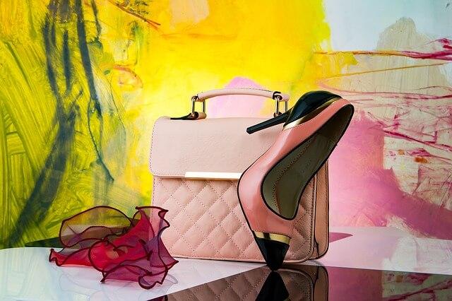 ピンクのバッグと靴