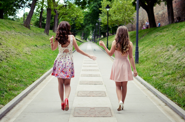 並んで歩く2人の女性