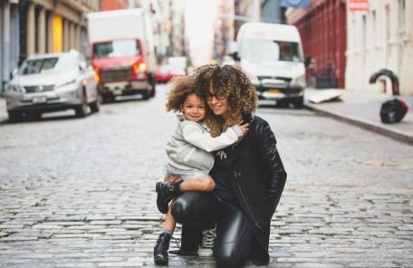 街中で抱き合う母親と娘