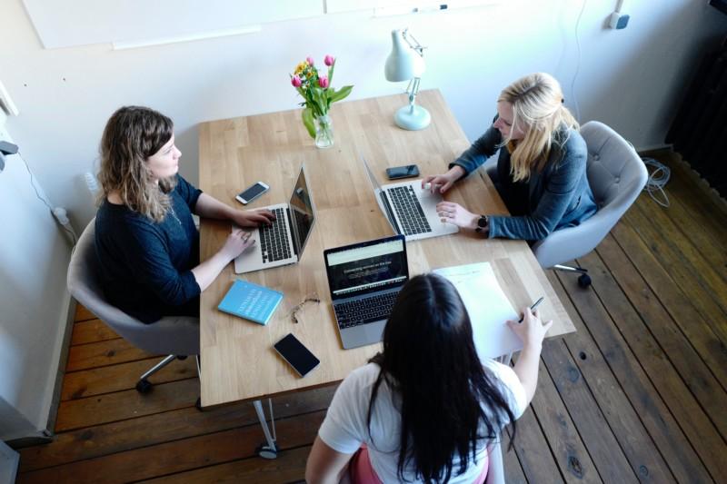 ミーティングする3人の女性