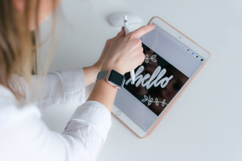iPadを使用している女性