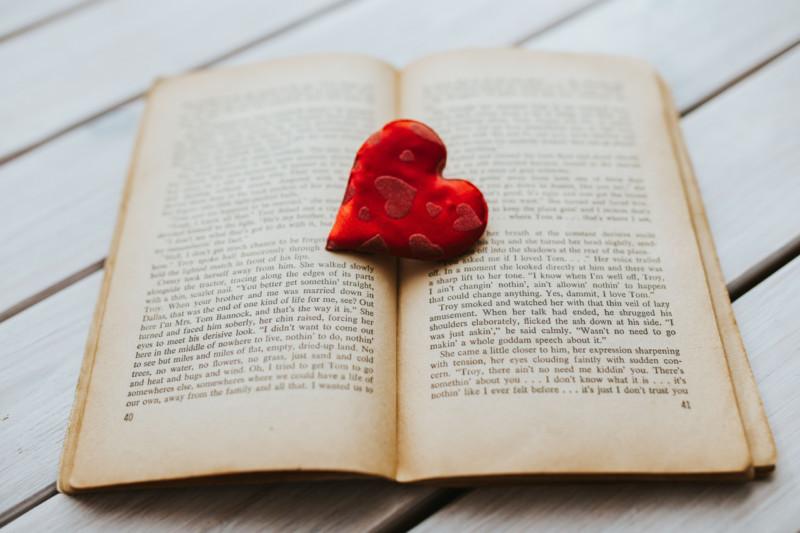 本の上にある赤いハート