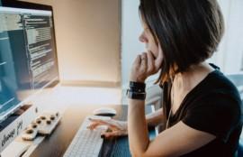 パソコンを見る黒いTシャツを着た女性
