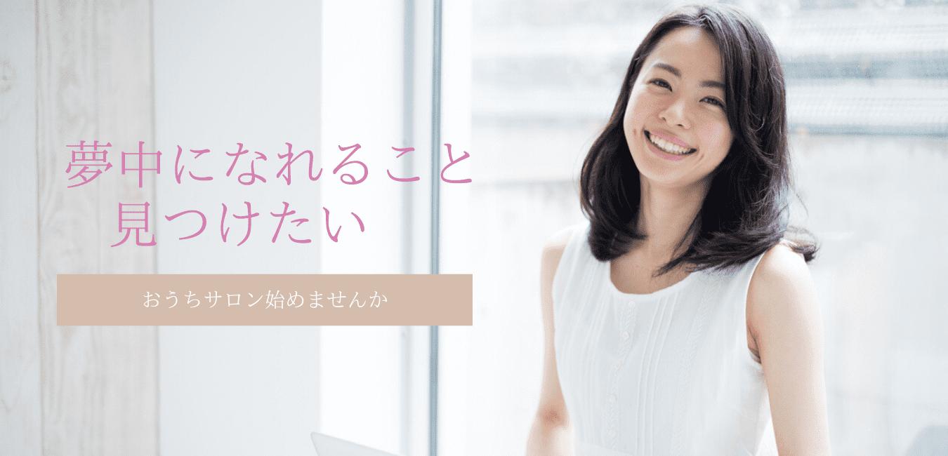 白いノースリーブを着た笑顔の女性