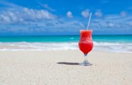 ビーチに置いた赤いジュース