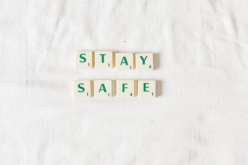 白いシーツの上に「STAYSAFE」のブロック
