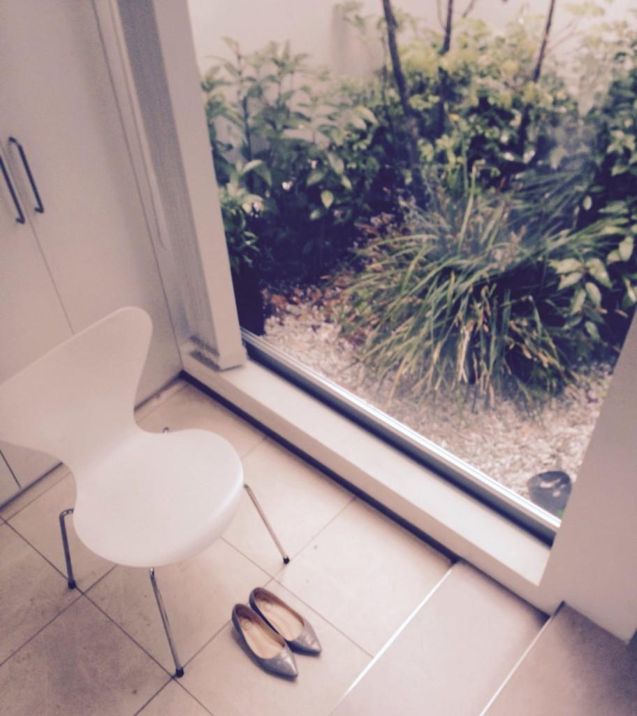 玄関に置いた椅子と靴