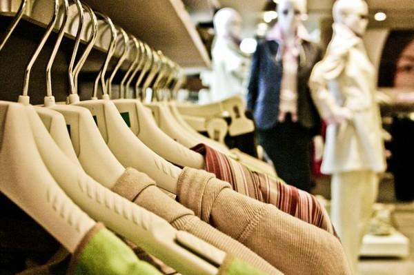 店頭に並んだ洋服